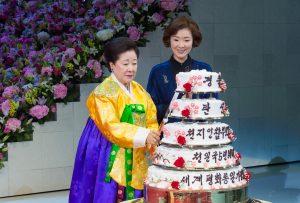 世界平和統一家庭連合公式サイト|ケーキカットをする韓鶴子総裁