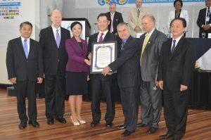 コスタリカ議会が文鮮明師夫妻に特別平和功労賞を授与