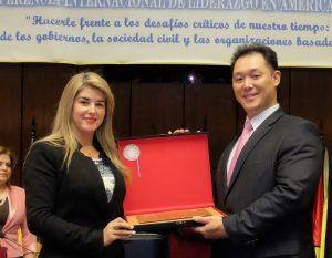 パラグアイ国会が文鮮明師夫妻に特別平和功労賞を授与1